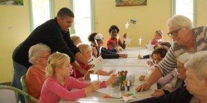 enfants-et-aines-ont-fabrique-des-etoiles-pour-la-veillee-de_715379_510x255